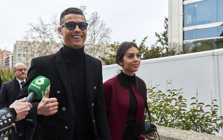 Криштиану Роналду с Джорджиной Родригес явился в суд с сияющей улыбкой: фото