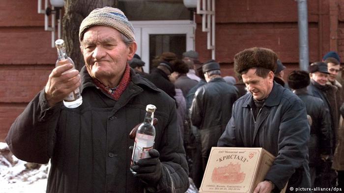 Аналитики: Больше всего в России тратят денег на сигареты и пиво с водкой!