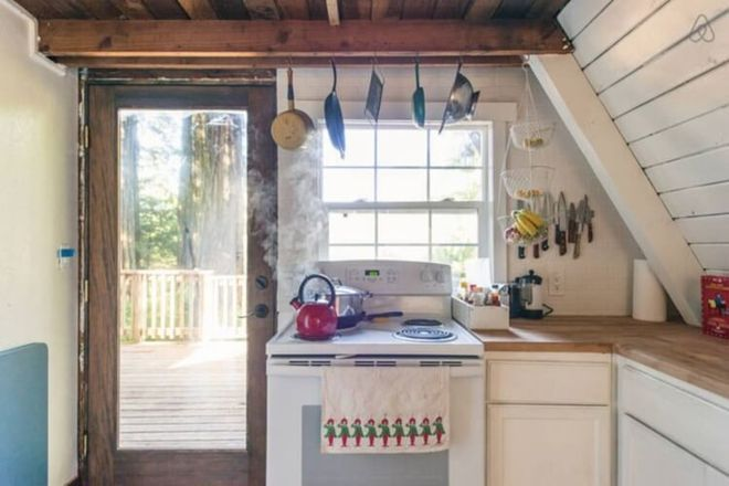 Никто не хотел покупать этот старенький домик. Но они рискнули и превратили его в сказочное жилище!