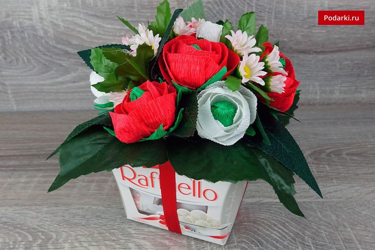 Украшаем коробку конфет Raffaello цветами избумаги