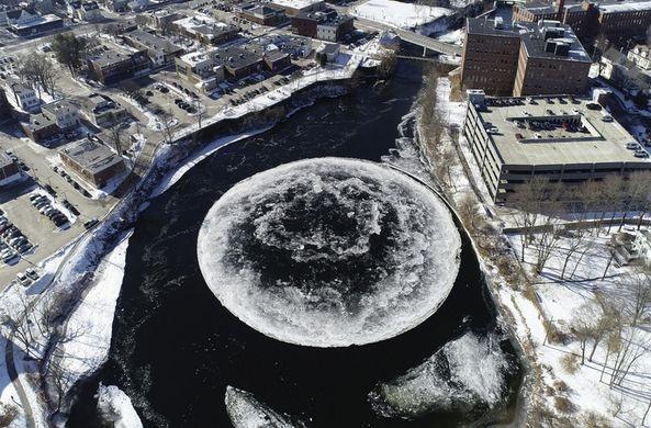Течение реки сотворило необычную льдину