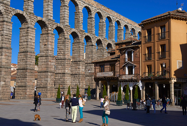 Сеговия — римское поселение с великолепным акведуком, который красуется на его гербе