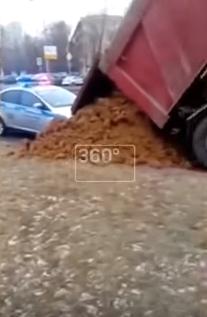 """""""Засыпали ГАИшку.."""". Машину ГИБДД завалило песком"""