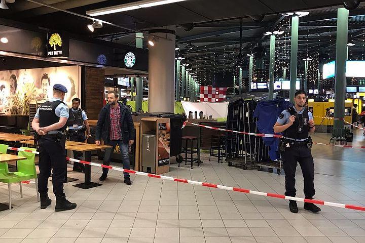 Полиция нейтрализовала вооруженного ножом мужчину в аэропорту Амстердама