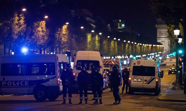 Террористы расстреляли полицейских на Елисейских полях