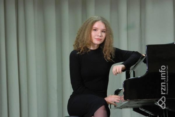 Юная пианистка Варвара Кутузова встретилась срязанскими школьниками