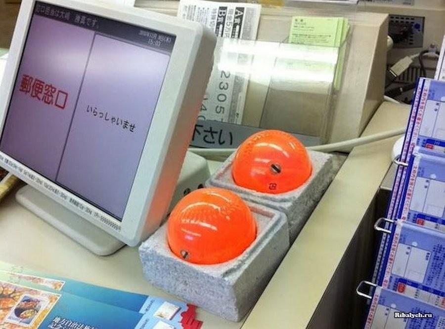 Для чего нужны японским кассирам эти оранжевые шары?