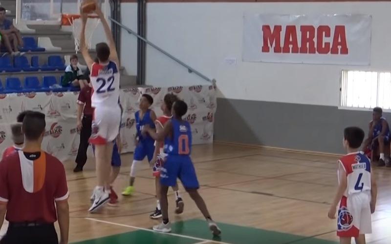 Двухметровый 12-летний ребенок стал героем YouTube, обыграв сверстников в баскетбол одной левой