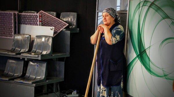 Уборщица одной фразой помогла выбрать товар, когда продавец только лил воду