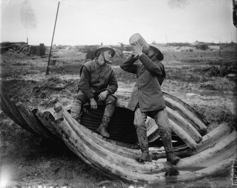Двое «томми» пьют ром на позициях на Сомме в декабре 1916 года. Конечно же, ежедневно полагающаяся им порция спиртного была меньше бутыли на фото. pointsadhsblog.wordpress.com - «У нас здесь много вина, мы пьём его как воду…» | Военно-исторический портал Warspot.ru