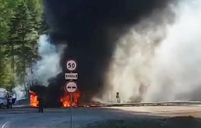 В Иркутской области опрокинулся и загорелся бензовоз. Видео