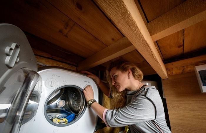 Под кухней находится компактная стиральная машина.