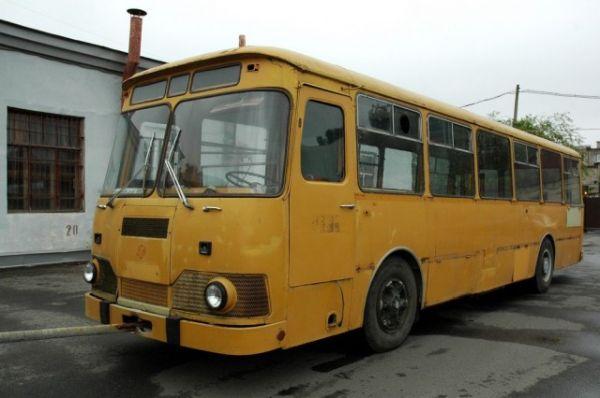 Крупная женщина в автобусе