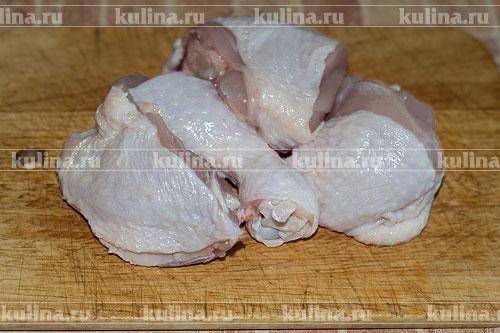 Куриный окорок нарезать на четыре части.