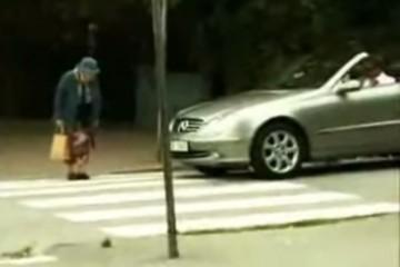 Водитель решил, что старушка переходит дорогу слишком медленно. Но бабушка быстро поставила наглеца на место!