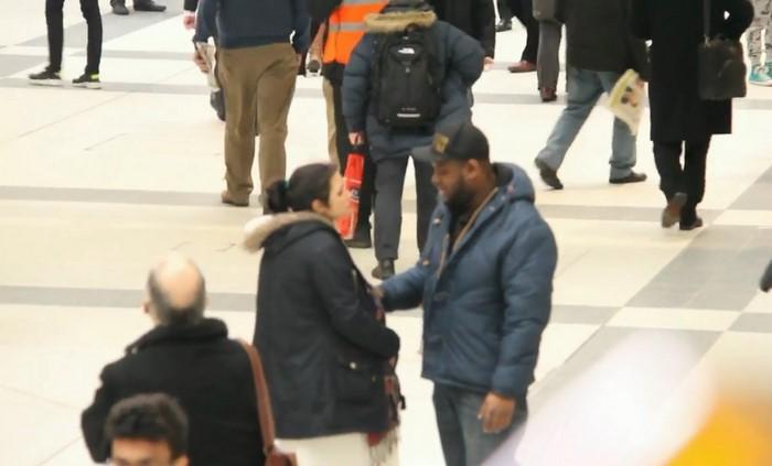 Закричав от боли, женщина рухнула на пол посреди станции метро. Случившееся потом шокирует!