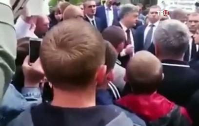 Порошенко сбежал от разгневанной толпы украинцев
