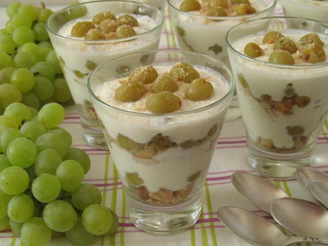 Творожный десерт с запеченным виноградом