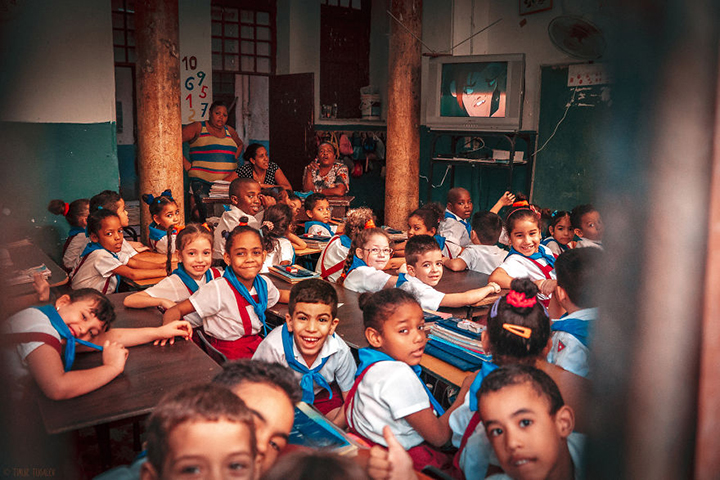 i-spent-20-days-in-cuba-documenting-the-life-of-local-people-9__880