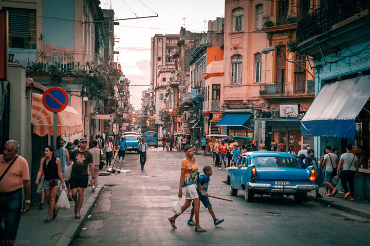 i-spent-20-days-in-cuba-documenting-the-life-of-local-people-27__880