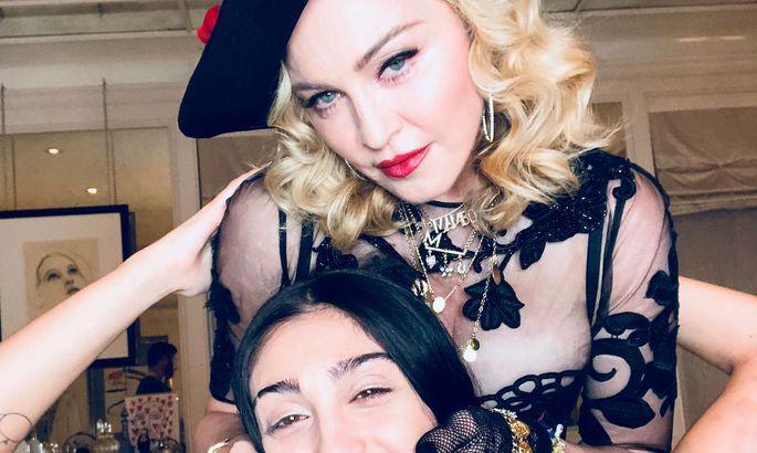 Яблочко от яблоньки: 21-летняя дочь Мадонны вышла на сцену практически голой