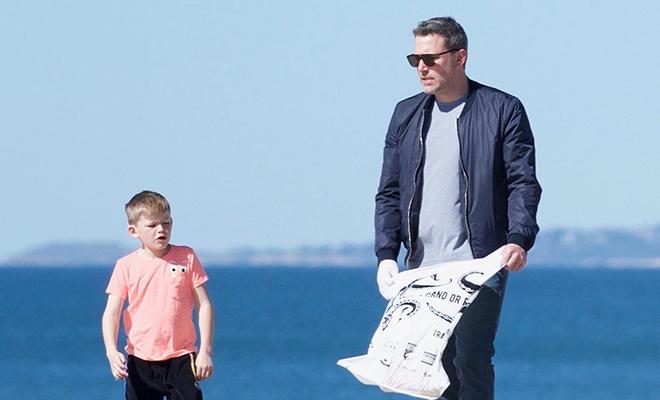 Бен Аффлек с детьми прибрался на пляже Санта-Моники