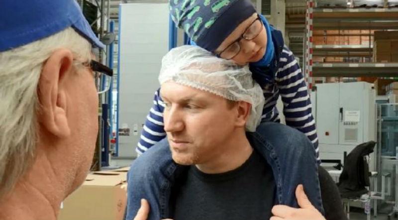 Мужчина хотел бросить работу, чтобы ухаживать за больным раком сыном, но коллеги отработали за него 3300 часов