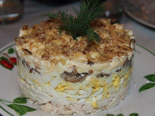 Один из самых вкусных салатов с курицей, грибами и грецким орехом
