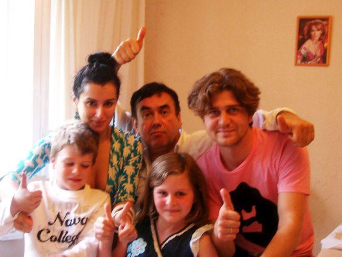 Тина Канделаки и Андрей Кондрахин с детьми и Станиславом Садальским. / Фото: www.woman.ru