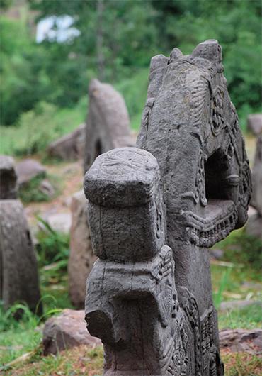 В Гималаях найдено каменное войско
