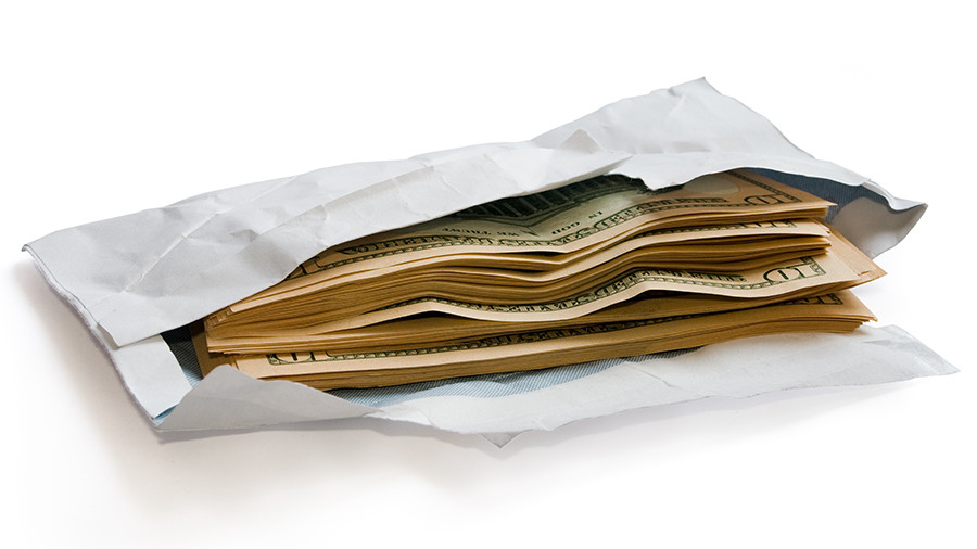 Исследование: каждый четвертый человек в мире дает взятки