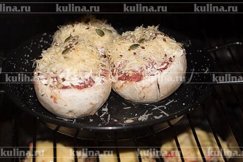 Поставьте форму с грибами в разогретую до 200 градусов духовку. Запекайте 35-40 минут.