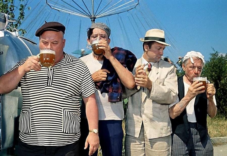 Медведеву предложили запретить дневной показ сцен распития алкоголя по ТВ