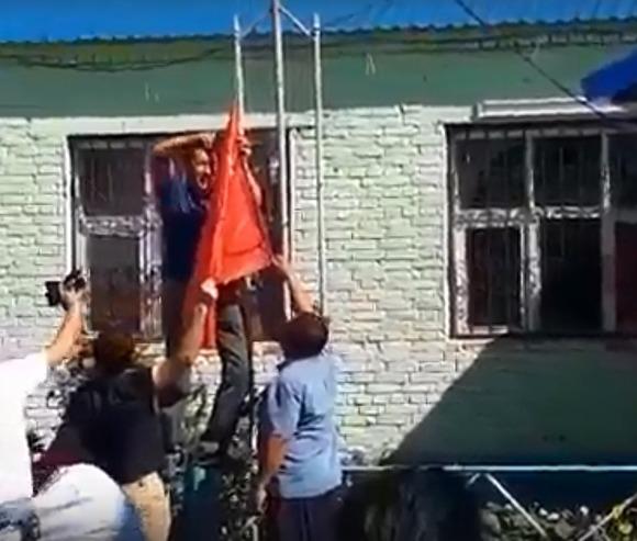 Жителей Астраханской области задержали за то, что они сняли триколор и возвели флаг СССР