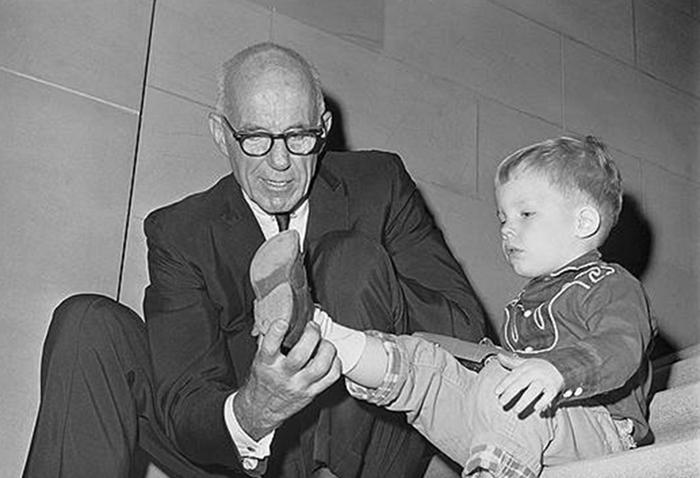 Доктор Спок в прошлом веке считался лучшим специалистом по правильному уходу за детьми. /Фото:index.hu