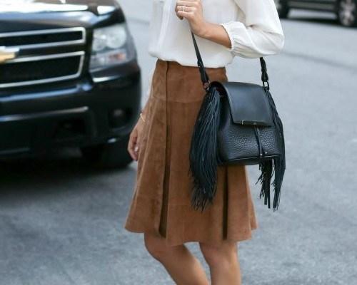 С чем носить модные замшевые юбки разных расцветок?