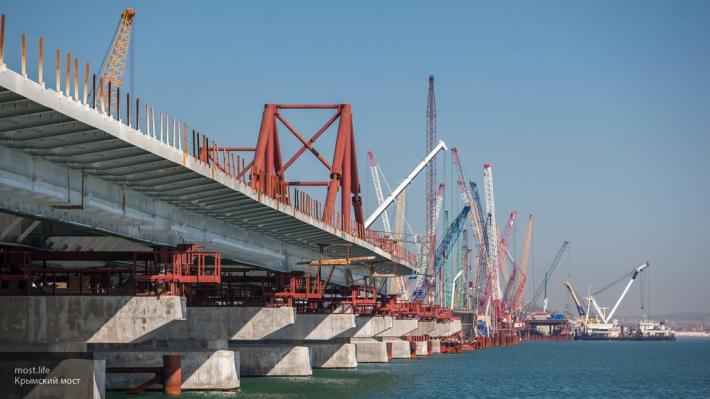 Крым ближе с каждым днём: на Керченском мосту начали укладывать асфальт