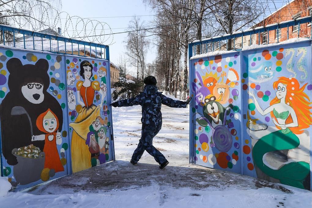 У ворот в доме ребенка при Можайской женской исправительной колонии №5 Сергей Савостьянов/ТАСС