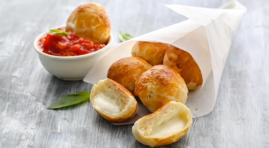 Сырные пончики ?с томатно-медовым соусом