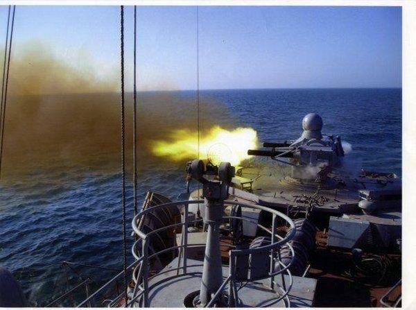 Пираты напали не на тех: Военный корабль РФ догнал пиратское судно. Кадры