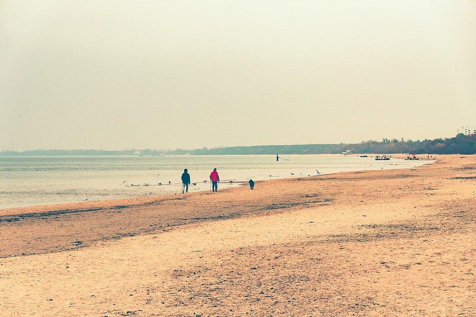 Море податливо ластится к ногам, игриво кокетничая барашками волн...