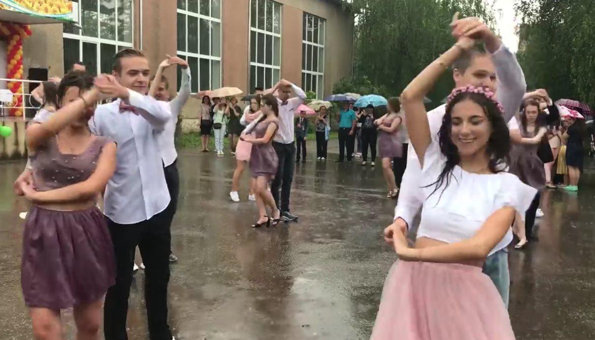 Танец выпускников под дождем…