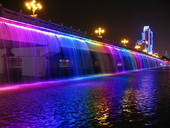 Это необычный мост располагается в самом сердце Корейской республики – в Сеуле и проходит через реку Ханьшуй.