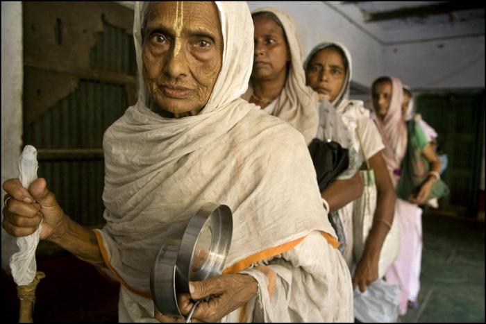 Скорбная участь «белых вдов», или почему индийские женщины лелеют мужей