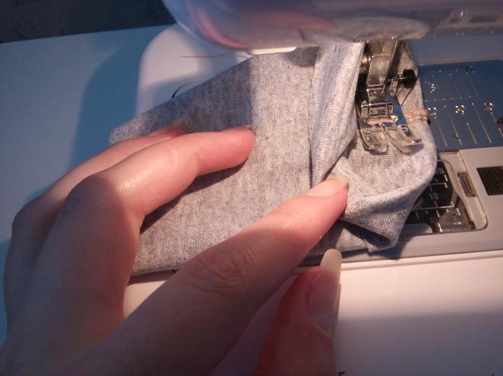 Подгибку низа рукавов я делала контрастным оверлочным швом на швейной машинке.