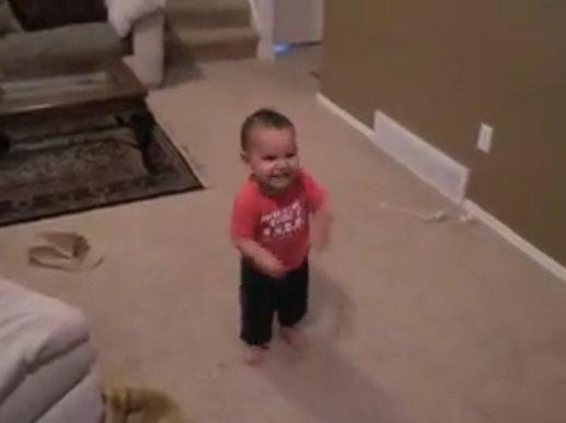 1-летний малыш танцует сальс…