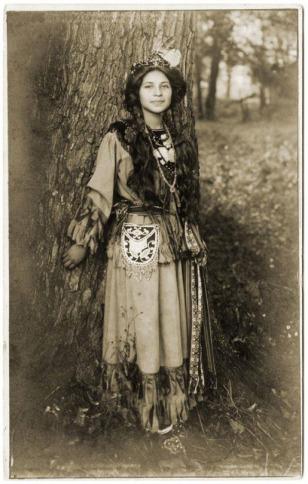 Какой национальности девушка на фото? Ну, примерно)))