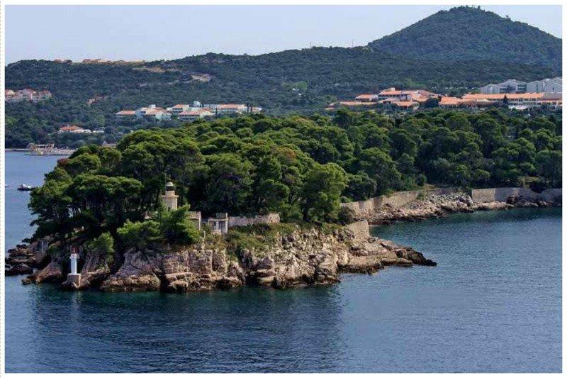 Остров Дакса в Хорватии - имеет потрясющую природу, великолепные пляжи, но уже давно является необитаемым. Остров продается уже боле 6-ти лет, но покупателей нет из-за ужасной славы острова жизнь, земля, интересное, необитаемые острова, факты