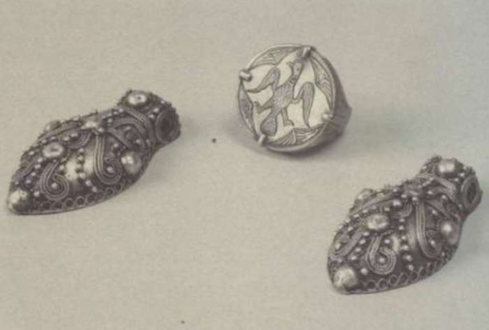 Подвески-жуки, украшенные зернью и полусферами, и печатный перстень   Фото: rusarch.ru