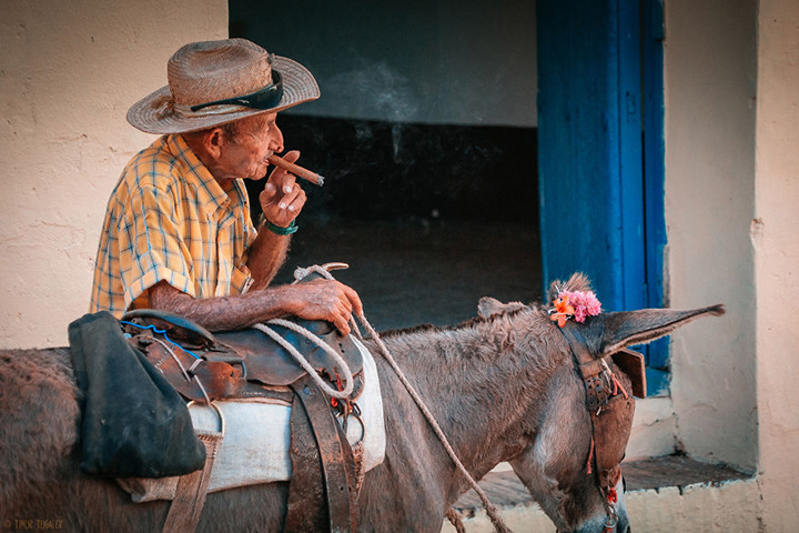 i-spent-20-days-in-cuba-documenting-the-life-of-local-people-15__880